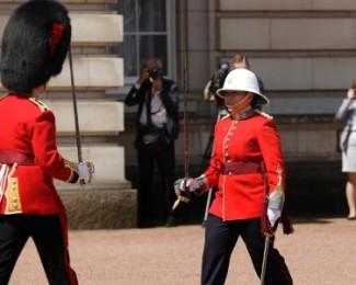 a-capita-canadense-megan-couto-dir-participa-da-cerimonia-da-troca-de-guarda-do-palacio-de-buckingham-no-reino-unido-1498480406113_615x300