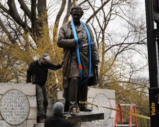a-estatua-do-dr-j-marions-sims-sendo-removida-do-central-park-em-nova-york-1524002567536_v2_900x506