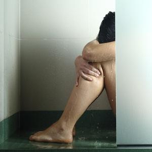 mulher-chuveiro-agressao-sexual-estupro-violencia-1504297597697_v2_300x300
