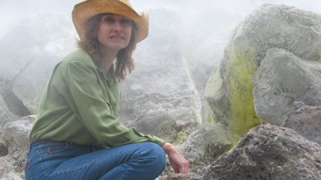 A astrônoma brasileira que chegou à Nasa e ao Guinness estudando luas e vulcões