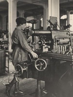mulheres-trabalham-em-fabrica-de-municao-na-franca-em-foto-de-1916-a-foto-faz-parte-de-uma-colecao-inedita-de-imagens-da-primeira-guerra-mundial-mais-de-9-milhoes-de-combatentes-morreram-no-conflito-1403709285618_300x420