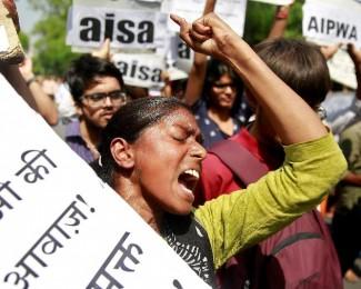 mulher-protesta-contra-o-estupro-de-uma-menina-de-oito-anos-na-india-em-abril-de-2018-1551355692162_v2_900x506