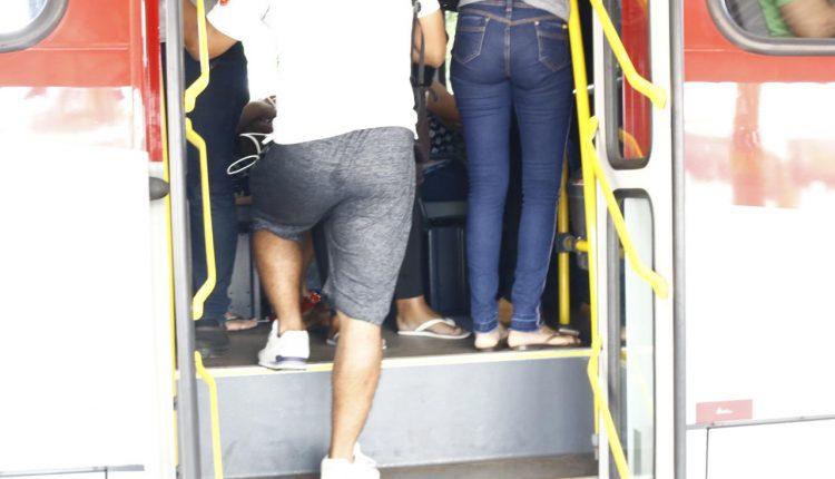 Mulheres contam que são assediadas e passam por constrangimentos em ônibus lotados