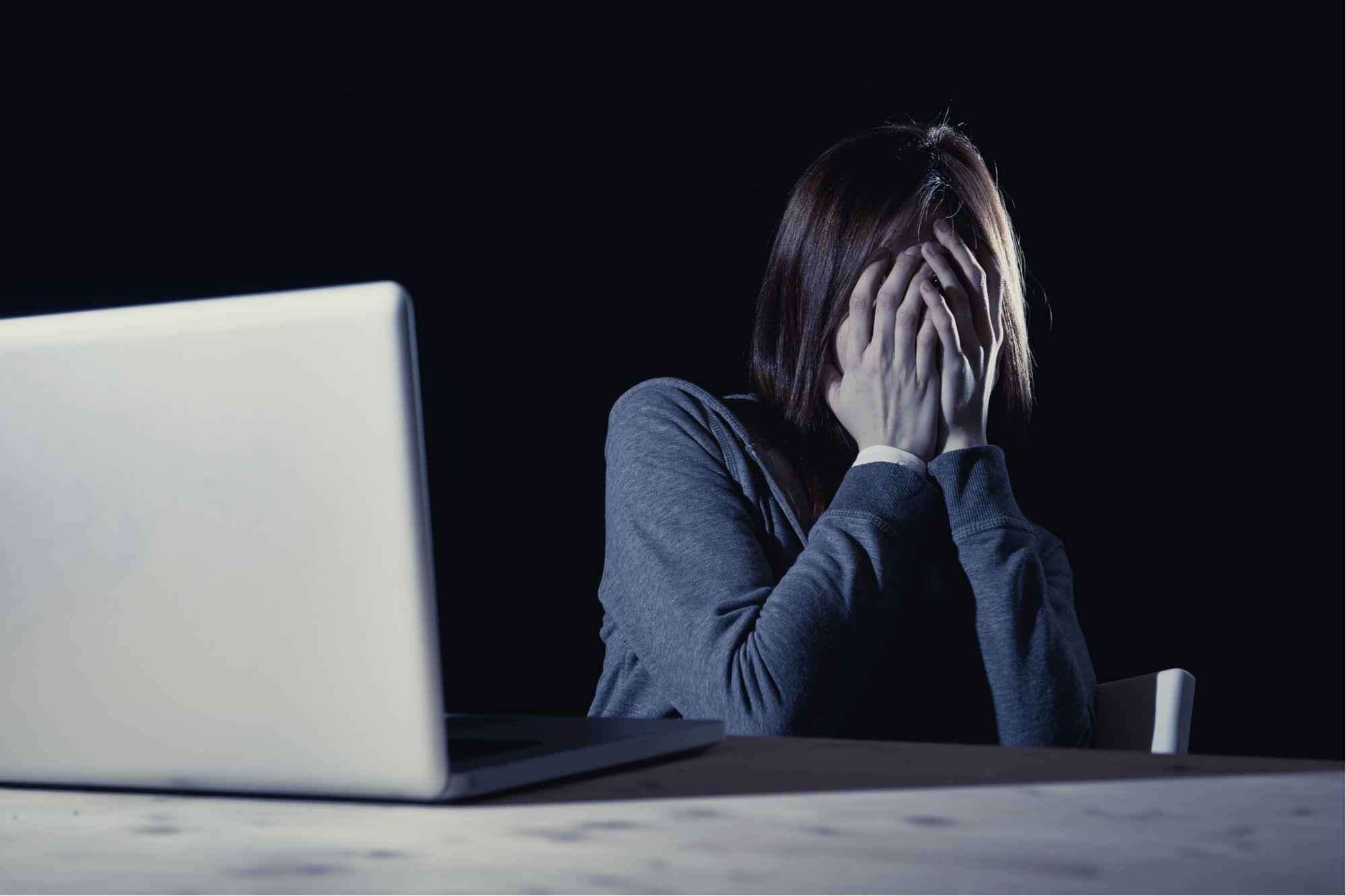 Mulher diz que foi vítima de agressões e teve fotos íntimas divulgadas em site de prostituição pelo ex-companheiro