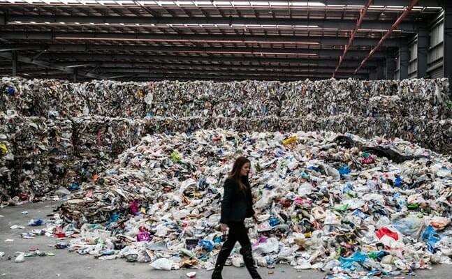 Mulher-em-empresa-de-reciclagem