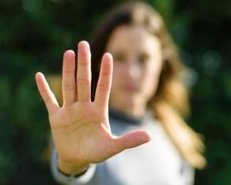mulher-fazendo-sinal-de-pare-1576084936299_v2_450x450